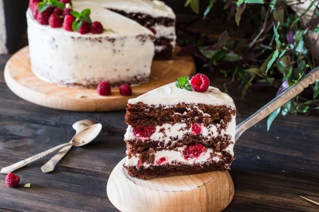 porcion-pastel-frutas-cremoso-capas-tarta-frambuesa-pastel-chocolate-tarta-queso-negro-fo_72753-103